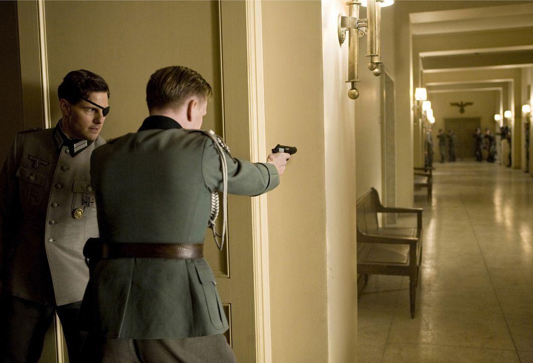 Das Attentat schlägt fehl: Oberst Claus Graf Schenk von Stauffenberg (Tom Cruise, l.) und sein Adjutant Leutnant Werner von Haeften (Jamie Parker, r... - Bildquelle: Frank Connor 2008 Metro-Goldwyn-Mayer Studios Inc.