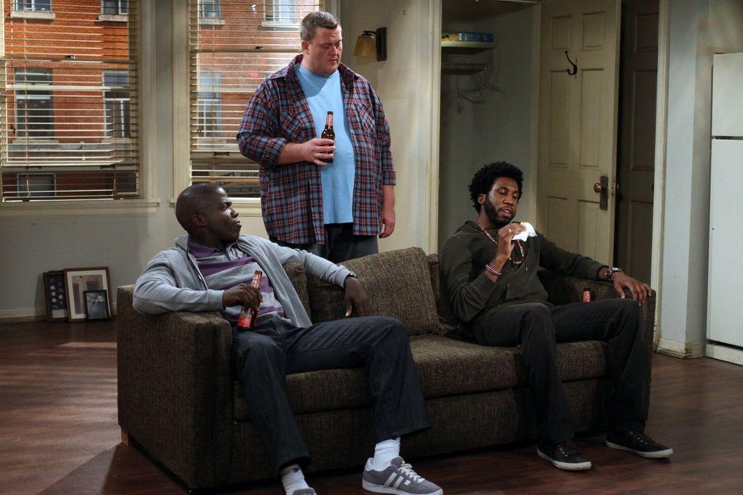 Samuel (Nyambi Nyambi, r.) und Carl (Reno Wilson, l.) stehen dem Umzug skeptisch gegenüber, denn sie befürchten, dass Mike (Billy Gardell, M.) dann... - Bildquelle: Warner Brothers