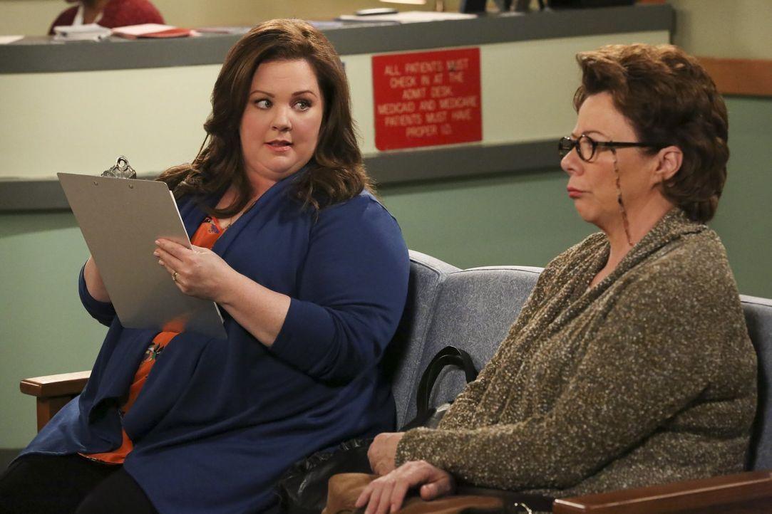 Im Wartezimmer des Arztes muss Peggy (Rondi Reed, r.) einen umfangreichen Fragebogen ausfüllen. Molly (Melissa McCarthy, l.) will ihr helfen - doch... - Bildquelle: Warner Brothers
