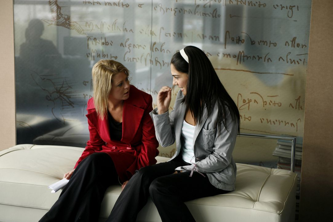 Ahnen noch nicht, dass sie bereits in ein Netz fataler Verdächtigungen und Intrigen geraten sind: Julia (Tara Reid, l.) und Eva (Lorena Bernal, r.)... - Bildquelle: Sony 2007 CPT Holdings, Inc.  All Rights Reserved.