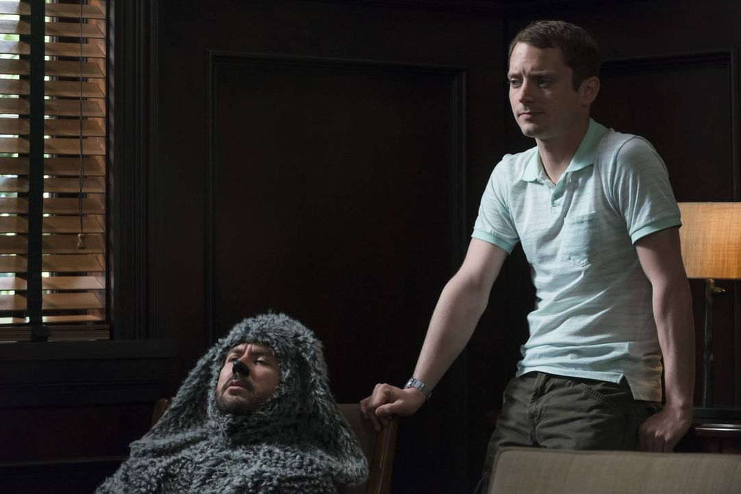 Hat Wilfred (Jason Gann, l.) irgendetwas mit Ryans (Elijah Wood, r.) Trauma aus der Vergangenheit zu tun? - Bildquelle: 2013 Bluebush Productions, LLC. All rights reserved.