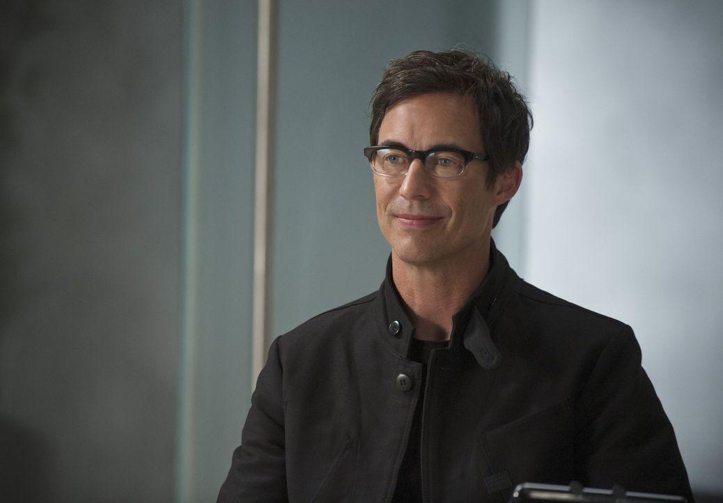 Möchte mit Barrys Hilfe andere genetisch veränderte Menschen finden und außer Gefecht setzen: Harison Wells (Tom Cavanaugh) ... - Bildquelle: Warner Brothers.