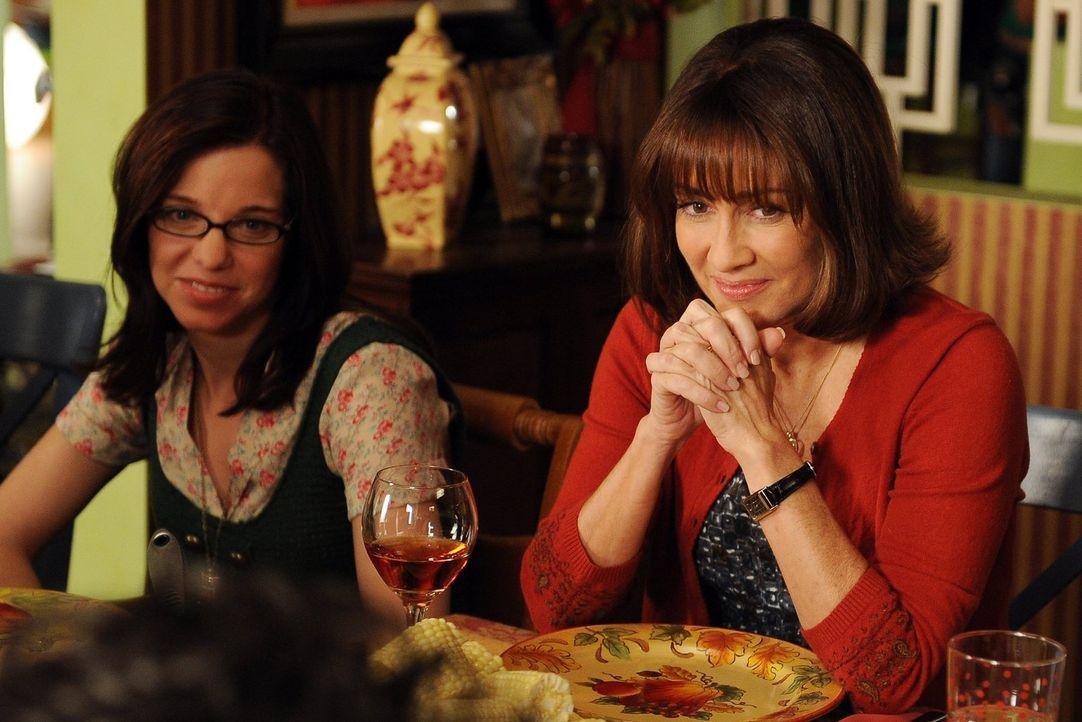 Bob bringt seine neue Freundin die Bibliothekarin Lisa (Laura Heisler, l.) mit zu Frankies (Patricia Heaton, r.) Thanksgiving-Dinner. Das begeistert... - Bildquelle: Warner Brothers