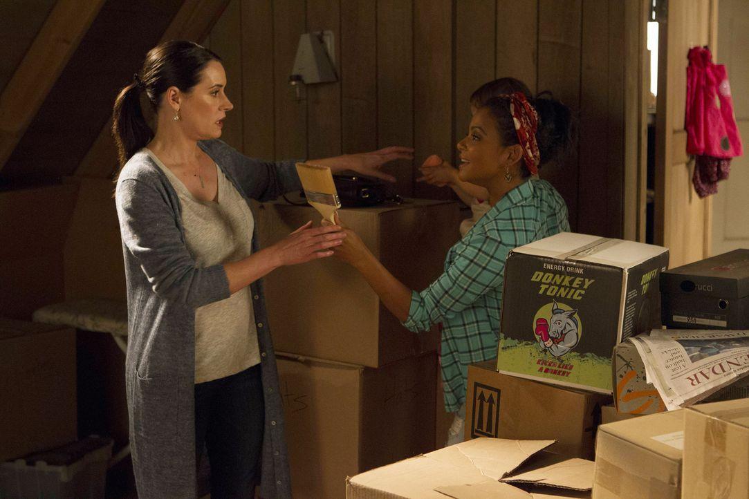 Während Jimmy versucht, einen Schlägertypen zu besänftigen, der es auf Gerald abgesehen hat, soll Sara (Paget Brewster, l.) Vanessa (Christina Milia... - Bildquelle: Jordin Althaus 2016 ABC Studios. All rights reserved.