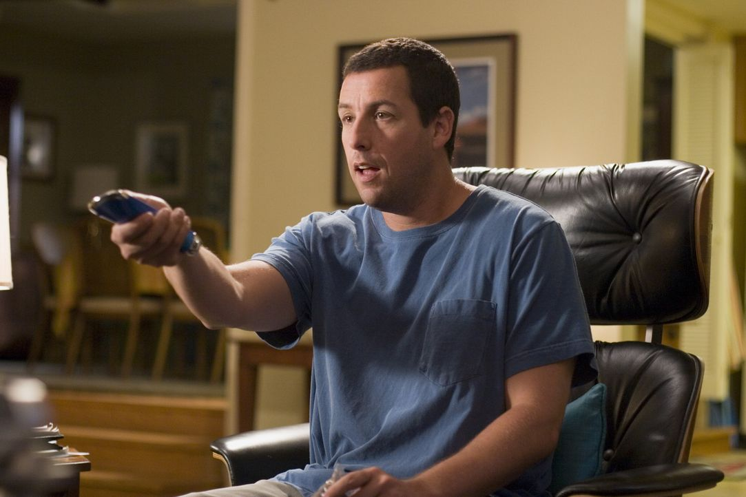 Durch die neue Universalfernbedienung hat der sonst so gestresste Michael (Adam Sandler) endlich mal wieder Zeit, sich in den Sessel zu setzen. - Bildquelle: Sony Pictures Television International. All Rights Reserved.