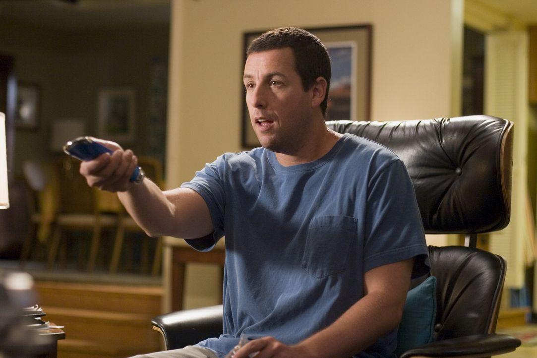 Durch die neue Universalfernbedienung hat der sonst so gestresste Michael (Adam Sandler) endlich mal wieder Zeit, sich in den Sessel zu setzen. - Bildquelle: Sony Pictures Television International. All Rights Reserved.