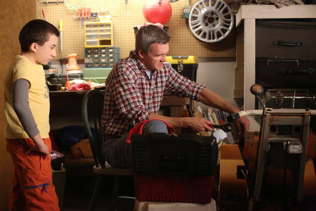 Während Brick (Atticus Shaffer, l.) Frankie und Mike (Neil Flynn, r.) anfleht, ihm ein iPad zu kaufen, muss Sue für ein Schulprojekt beweisen, dass... - Bildquelle: Warner Brothers
