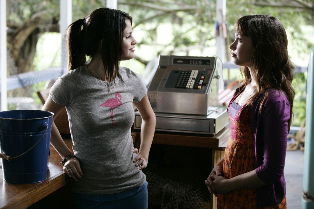 Carter (Selena Gomez, l.) zeigt Prinzessin Rosie (Demi Lovato, r.), was sich im wirklichen Leben so abspielt ... - Bildquelle: Disney