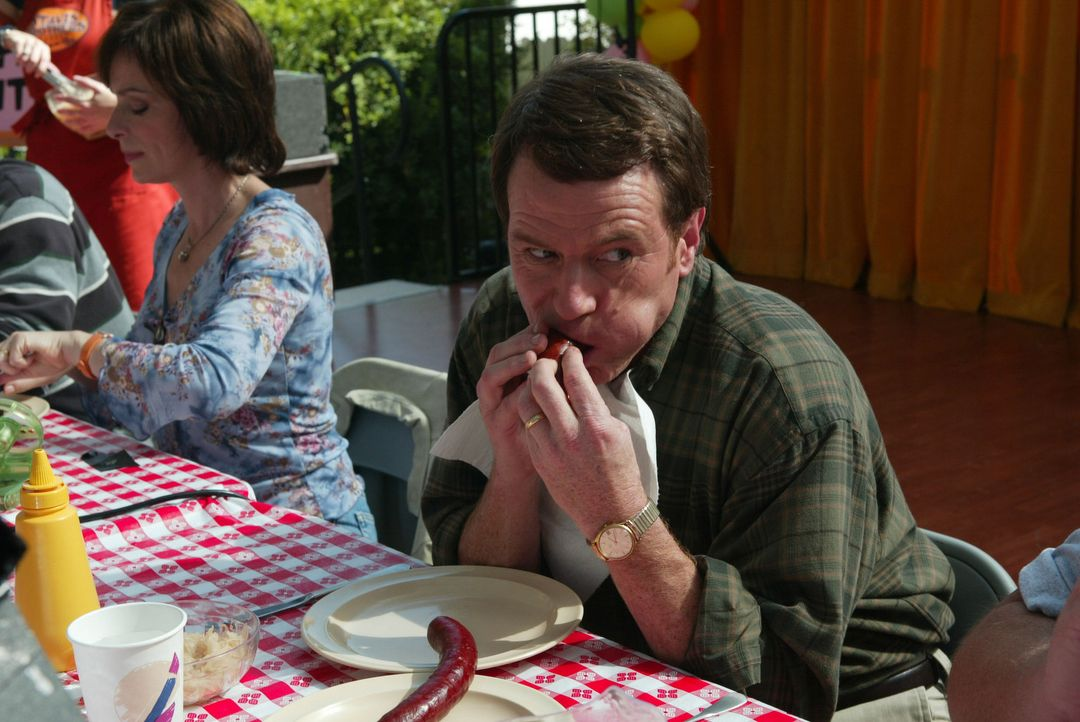 Erschrocken müssen Hal (Bryan Cranston, r.) und Lois (Jane Kaczmarek, r.) feststellen, dass das ganze Viertel ihre Familie nicht leiden kann. Um di... - Bildquelle: TM +   2000 Twentieth Century Fox Film Corporation. All Rights Reserved.