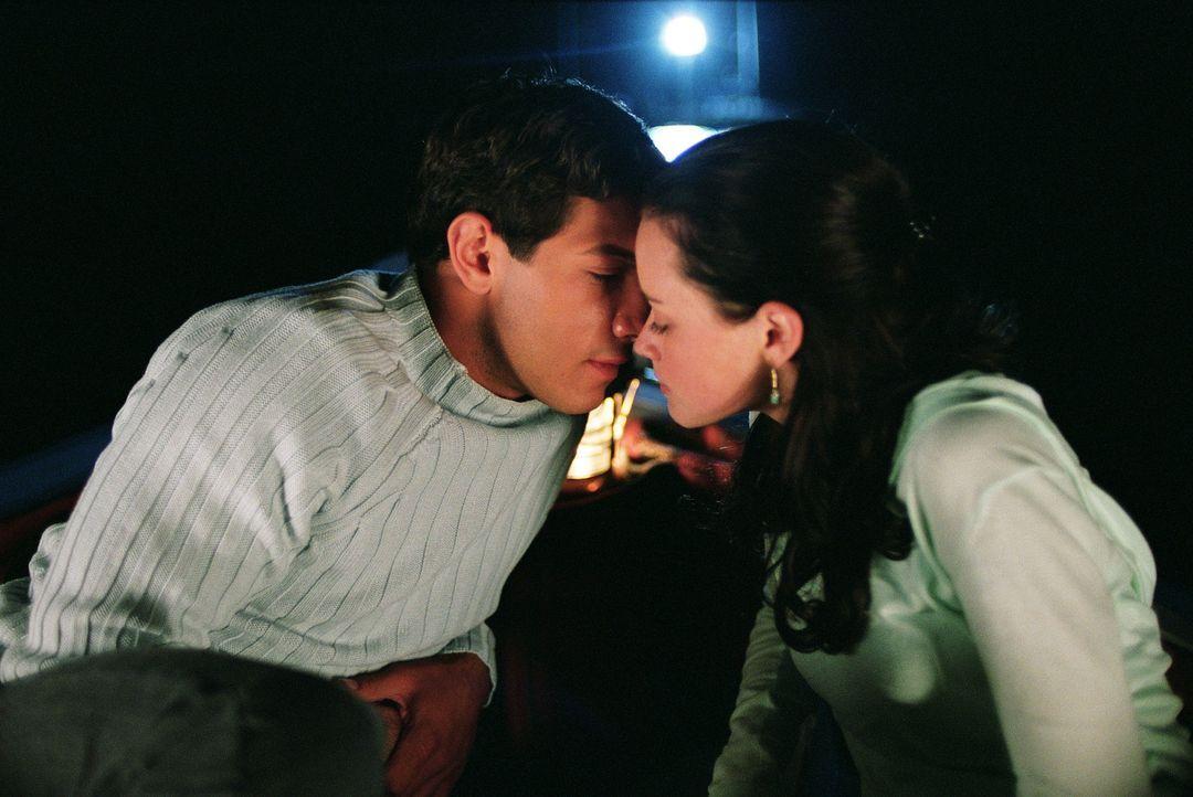 Zwischen Lena (Alexis Bledel, r.) und Kostos (Michael Rady, l.) funkt es sofort, doch Lenas Großeltern verbieten ihr den Umgang mit Kostos, da desse... - Bildquelle: Warner Bros.