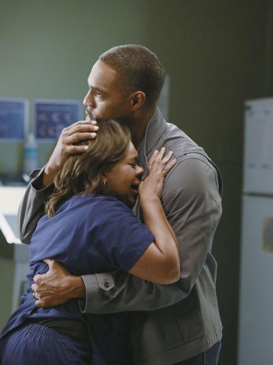 Bailey (Chandra Wilson, l.) fühlt sich schrecklich. Sie hat das Gefühl von niemandem verstanden zu werden und macht sich schwere Vorwürfe. Ben (J... - Bildquelle: ABC Studios
