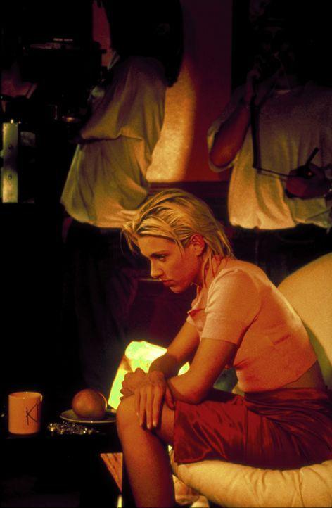 Die beiden Freundinnen Conny (Gruschenka Stevens) und Bibi jobben in einer Telefonsex-Agentur. Eines Tages geraten sie ins Visier eines perfiden Kun... - Bildquelle: ProSieben/Klausmann