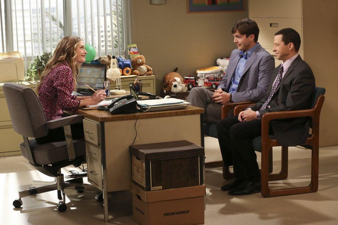 Können Alan (Jon Cryer, r.) und Walden (Ashton Kutcher, M.) Sozialarbeiterin Ms. McMartin (Maggie Lawson, l.) überzeugen, dass sie ein verliebtes ho... - Bildquelle: Warner Brothers Entertainment Inc.