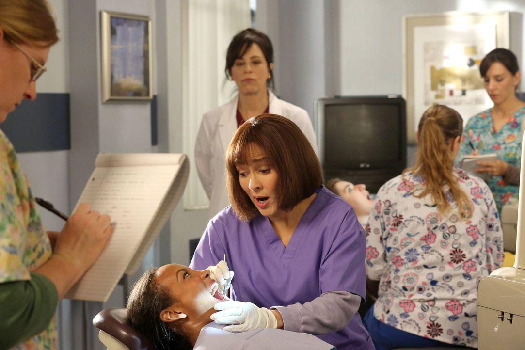 Frankie (Patricia Heaton, M.) will unter allen Umständen die Zahnprofilaxe-Prüfung bestehen. Unterdessen belügen Axl, Sue und Brick ihre Eltern und... - Bildquelle: Warner Brothers