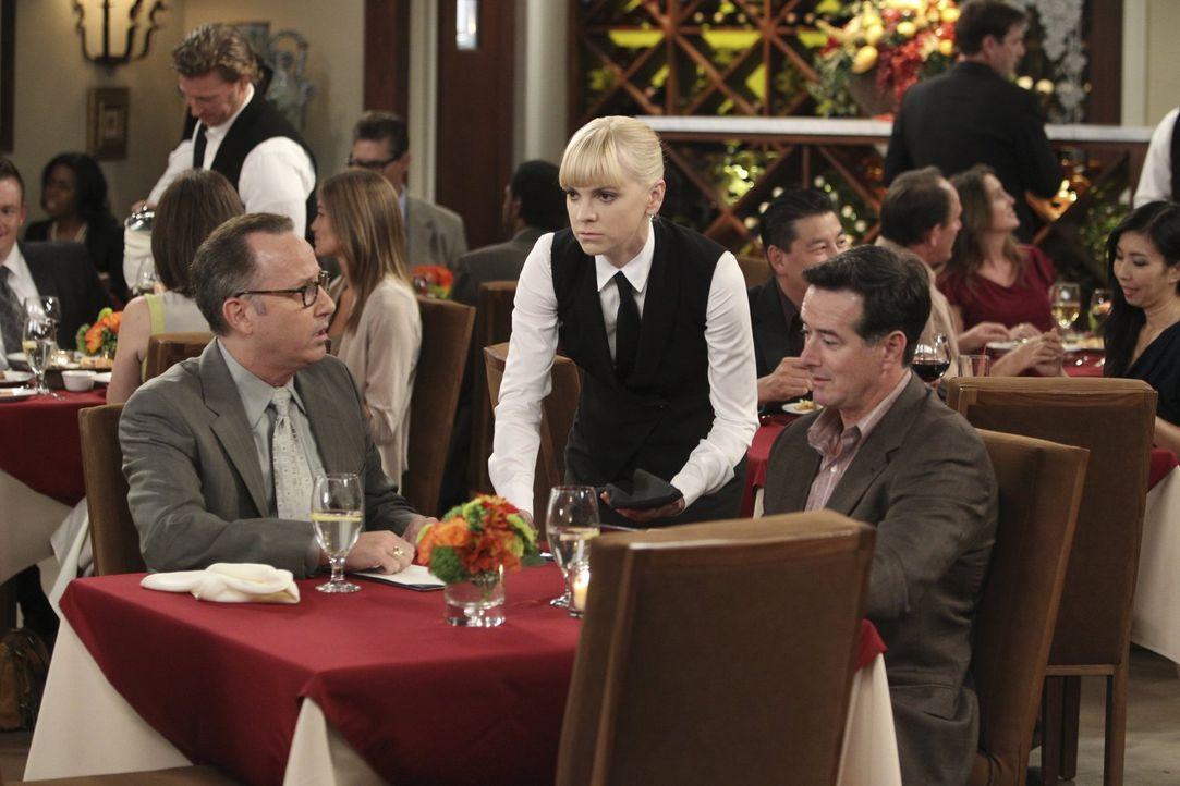 Auch die Gäste im Schicki-Micki-Restaurant in Napa Valley, in dem Christy (Anna Faris, M.) als Bedienung arbeitet, bringen sie manchmal an den Rand... - Bildquelle: Warner Brothers Entertainment Inc.