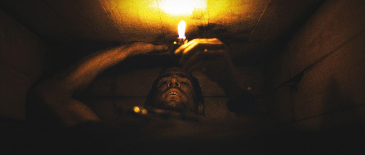 Der Amerikaner Paul Conroy (Ryan Reynolds) fährt im Irak Hilfsgüter aus, bis sein Konvoi von einer Gruppe Unbekannter überfallen wird. Als er auf... - Bildquelle: ASCOT ELITE Home Entertainment GmbH _Buried