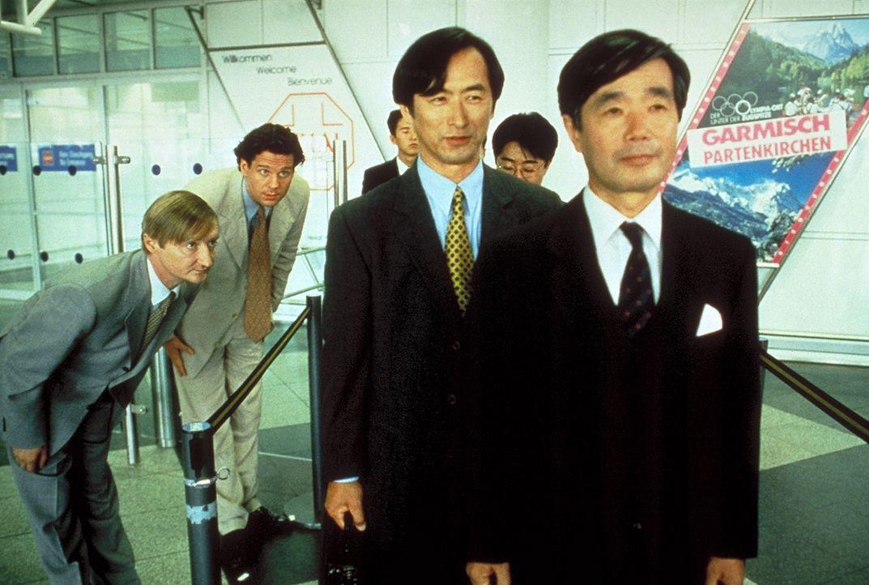 Sayonara: Um die Delegation für sich zu gewinnen, begrüßen Peter Merz (Thomas Heinze, r.) und Blaschke (Michael Schreiner, l.) die Japaner mit ti...