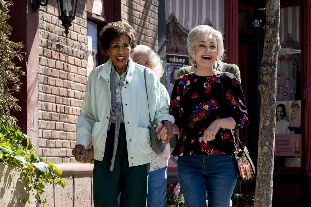 """Doris (Marla Gibbs, l.); Connie """"Meemaw"""" Tucker (Annie Potts, r.) - Bildquelle: 2020 Warner Bros. Entertainment Inc. All Rights Reserved."""