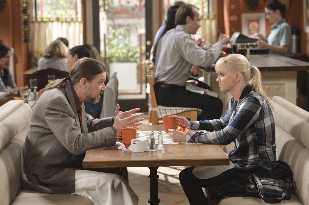 Christy (Anna Faris, r.) will fast alles tun, um von ihrem Job in der Bar wegzukommen. Dafür fängt sie sogar bei dem merkwürdigen Anwalt Steve (Don... - Bildquelle: Warner Bros. Television