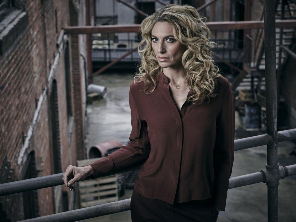 (1. Staffel) - Dr. Sabine Lommers (Claudia Black) versucht nach dem Ausbruch einer tödlichen Epidemie in Atlanta, in dem von ihr verhängten Speergeb... - Bildquelle: 2015 Warner Brothers