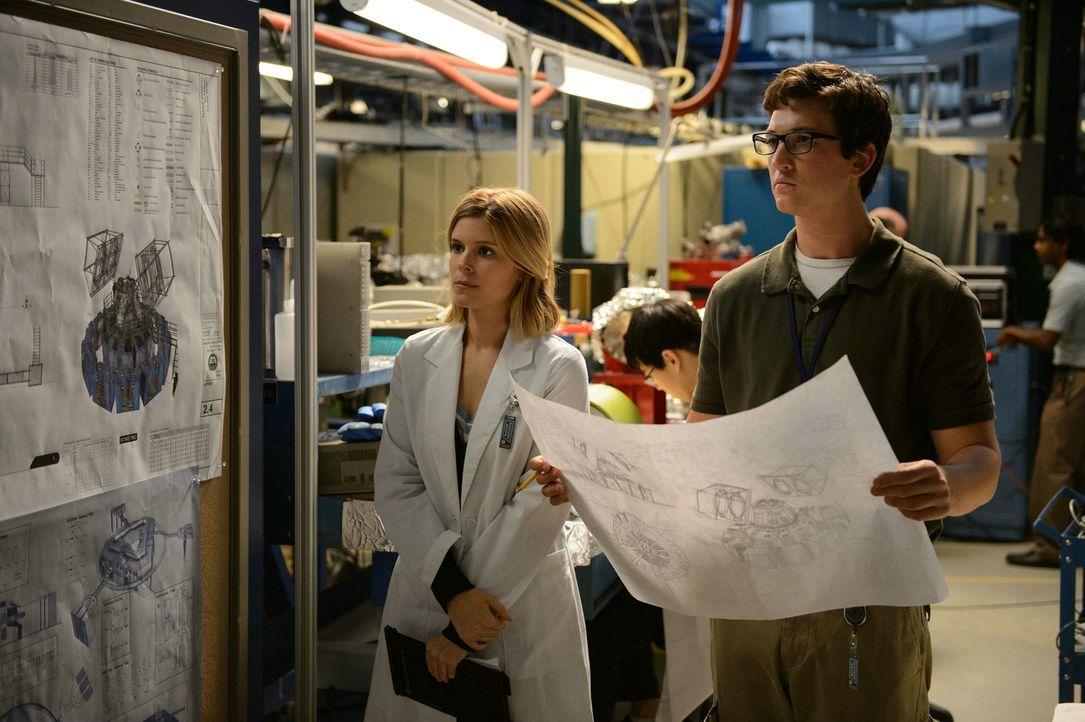 Zusammen arbeiten die Wissenschaftler Susan Storm (Kate Mara, l.) und Reed Richards (Miles Teller, r.) an einem Tor, das es dem Militär ermöglichen... - Bildquelle: 2015 Constantin Film Verleih GmbH.