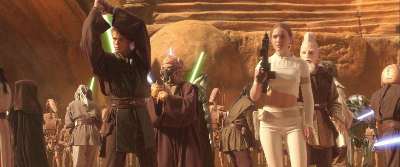 Als sich finstere Mächte auf eine alles vernichtende Schlacht vorbereiten, starten Anakin (Hayden Christensen, l.) und Amidala (Natalie Portman, r.... - Bildquelle: Lucasfilm Ltd. & TM. All Rights Reserved.