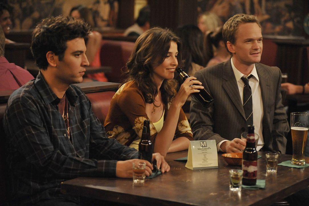Während Barney (Neil Patrick Harris, r.) merkt, dass er sich in Robin (Cobie Smulders, M.) verliebt hat, muss Ted (Josh Radnor, l.) feststellen, da... - Bildquelle: 20th Century Fox International Television