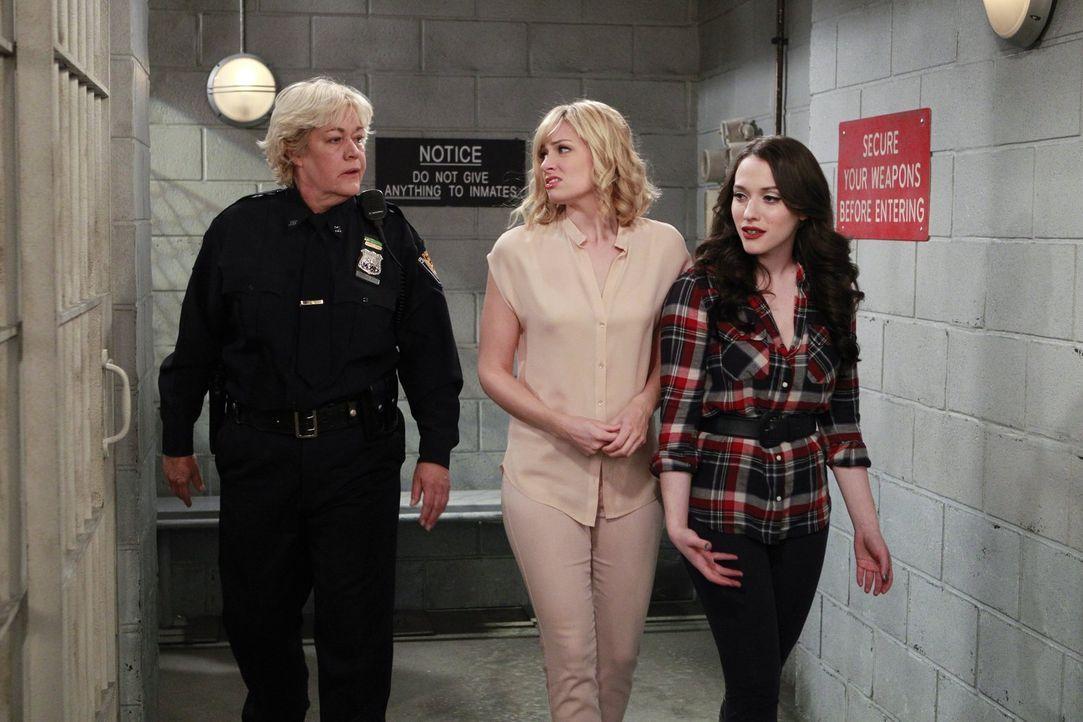 Freundschaft werden Caroline (Beth Behrs, M.) und Max (Kat Dennings, r.) mit der Gefängniswärterin Stanley (Diane Delano, l.)) nicht mehr schließen... - Bildquelle: Warner Bros. Television
