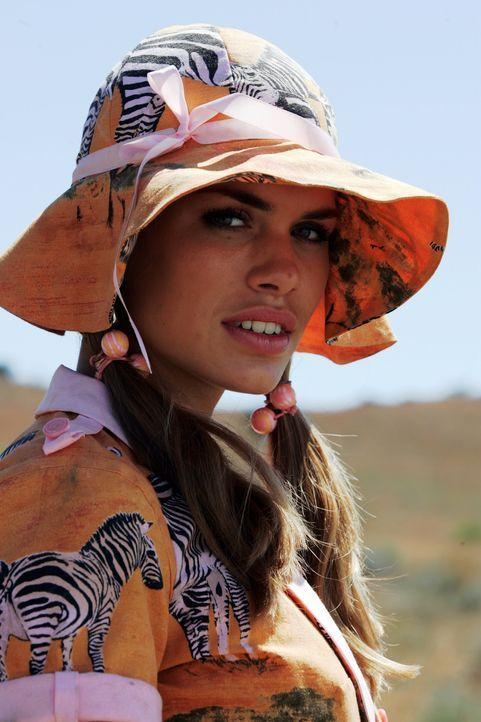 Mitten in Afrikas Savanne wird Bionda (Nicolette van Dam) mit Britney Spears verwechselt ...