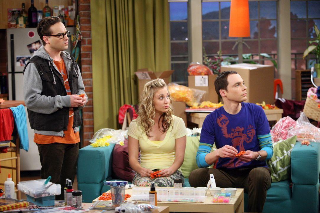 Penny (Kaley Cuoco, M.) überrascht Sheldon (Jim Parsons, r.) mit der Idee, Haarspangen mit einer Blüte herzustellen, dem sogenannten Penny-Blüten... - Bildquelle: Warner Bros. Television