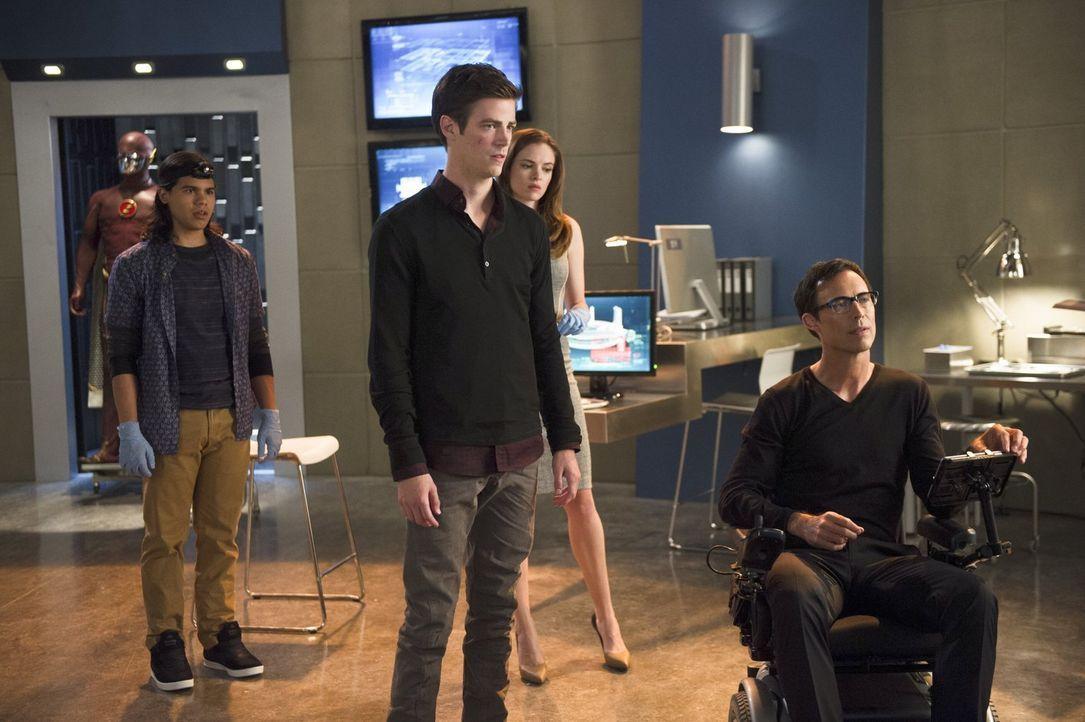 Nachdem Barry (Grant Gustin, 2.v.l.) immer häufiger Schwächeanfälle bekommt, machen Harison (Tom Cavanaugh, r.), Cisco (Carlos Valdes, l.) und Caitl... - Bildquelle: Warner Brothers.