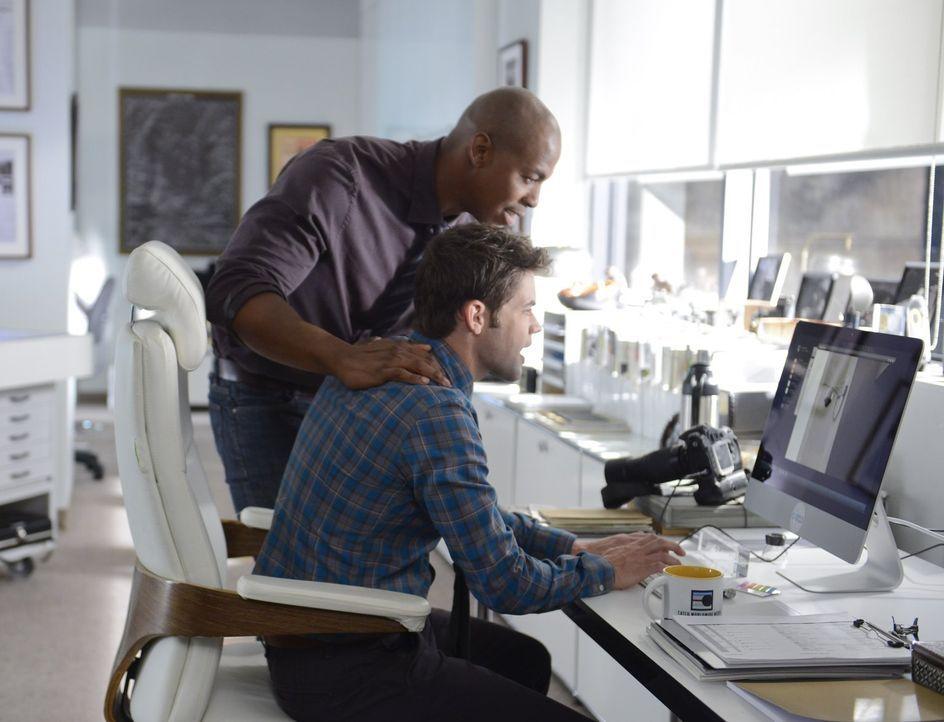 James (Mehcad Brooks, l.) und Winn (Jeremy Jordan, r.) gehen den Motiven von Maxwell Lord auf eigene Faust nach - ohne Kara davon zu informieren - u... - Bildquelle: 2015 Warner Bros. Entertainment, Inc.