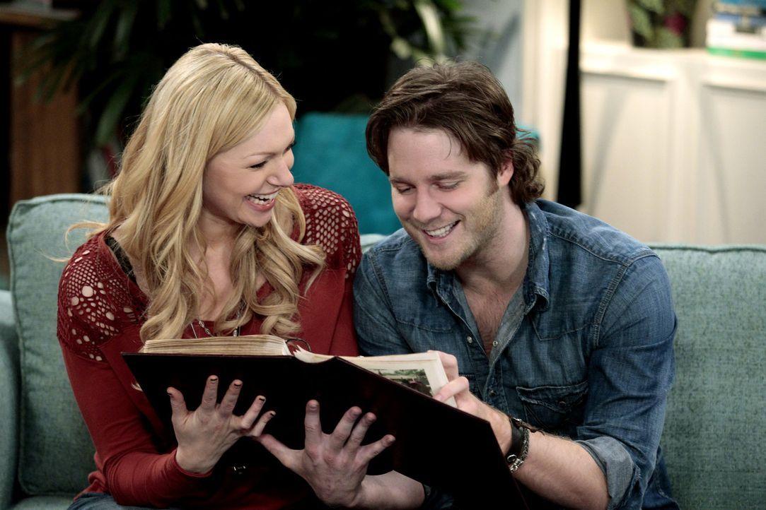 Nach und nach merkt Chelsea (Laura Prepon, l.), dass sie Rick (Jake McDorman, r.) äußerst attraktiv findet ... - Bildquelle: Warner Bros. Television