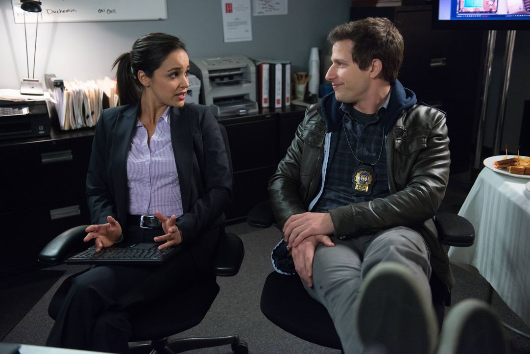 Amy Santiago (Melissa Fumero, l.); Jake Peralta (Andy Samberg, r.) - Bildquelle: Eddy Chen 2013 NBC Studios LLC. All Rights Reserved. / Eddy Chen