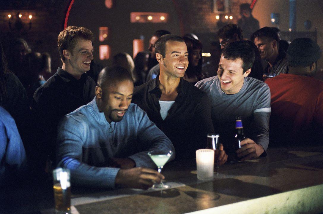 Obwohl sie nicht so viel davon halten, dass ihr Freund Michael (Joseph Lawrence, 2.v.r.) heiratet, bescheren Brian (Adam MacDonald, hinten l.) und d... - Bildquelle: ABC Family
