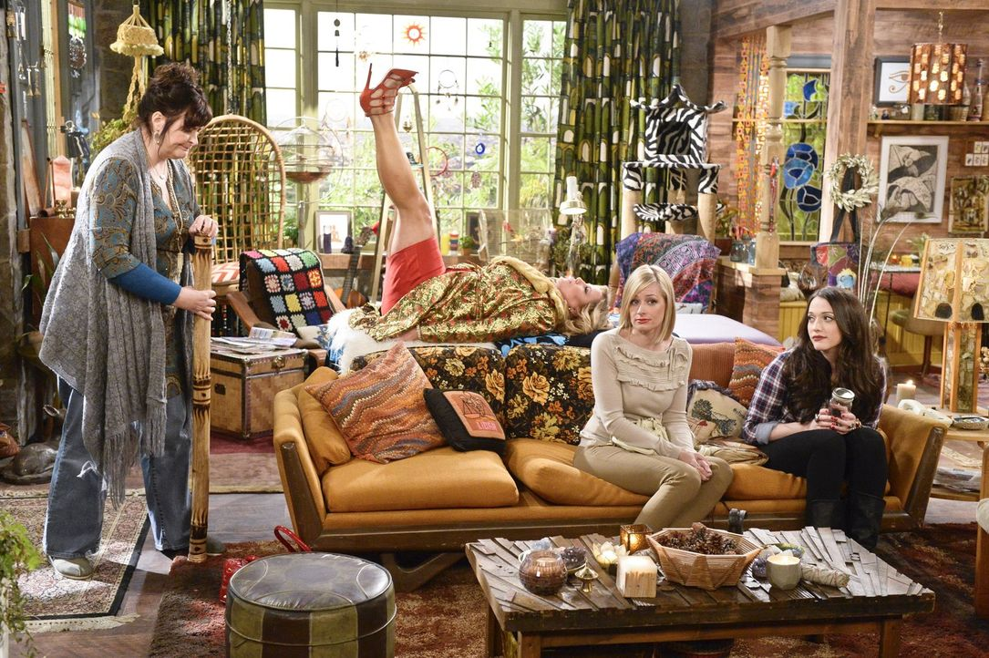 Nachdem Caroline (Beth Behrs, 2.v.r.) die Rechte an ihrer Lebensgeschichte veräußert hat und Max (Kat Dennings, r.) das Herz gebrochen wurde, beglei... - Bildquelle: 2016 Warner Brothers