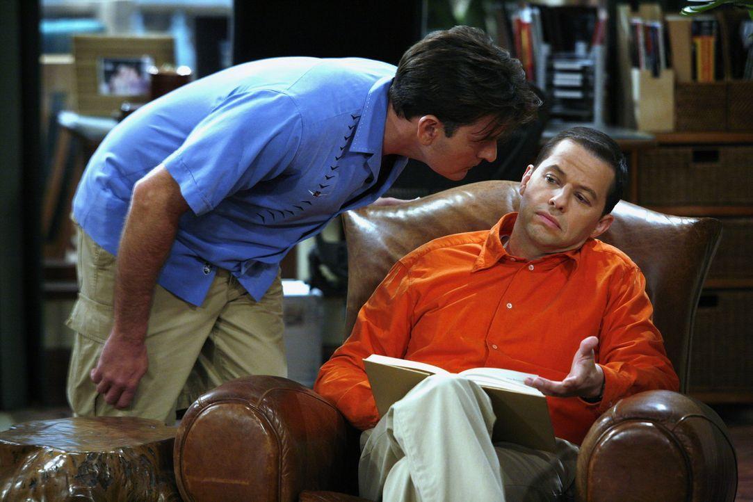 Charlie (Charlie Sheen, l.) leiht sich von Alan (Jon Cryer, r.) 38 Dollar, damit er nicht an den Geldautomaten muss. Er verspricht, ihm das Geld am... - Bildquelle: Warner Brothers Entertainment Inc.