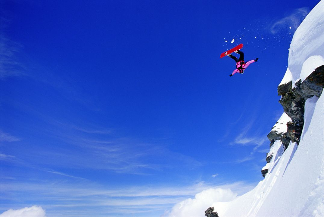 Als der serbische Kriegsverbrecher Pavle die Sportler entdeckt, beginnt für die Snowboarderin Kittie (Jana Pallaske) und ihre Freunde eine halsbrech... - Bildquelle: TM & Copyright   2002 by Paramount Pictures. All Rights Reserved.