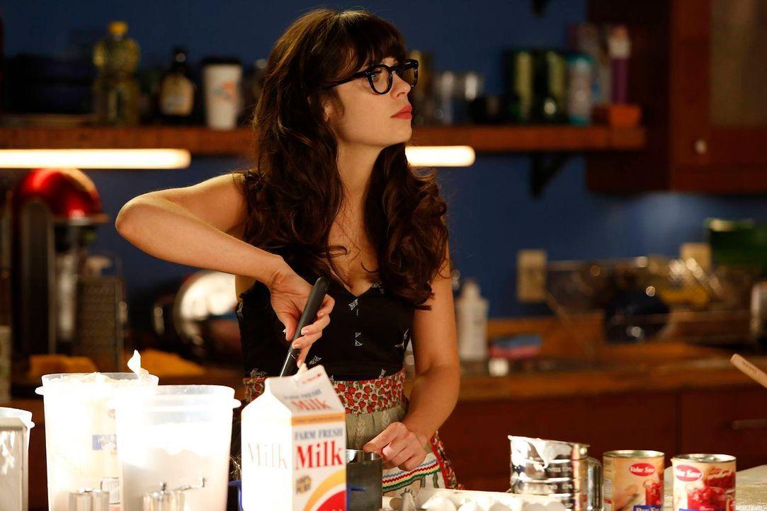 Jess (Zooey Deschanel) fängt an zu kochen und zu putzen und Kunstwerke herzustellen, weil sie keine Arbeit mehr hat. - Bildquelle: 2012 Twentieth Century Fox Film Corporation. All rights reserved.