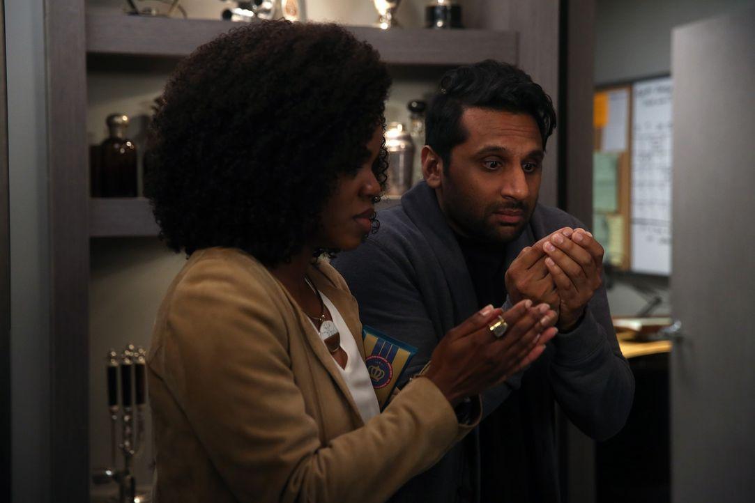 Als Annelise (Kelly Jenrette, l.) und Ravi (Ravi Patel, r.) in Jimmys Büro zufällig über dessen geheimen Safe stolpern, wollen sie mit allen Mitteln... - Bildquelle: Jordin Althaus 2016 ABC Studios. All rights reserved.