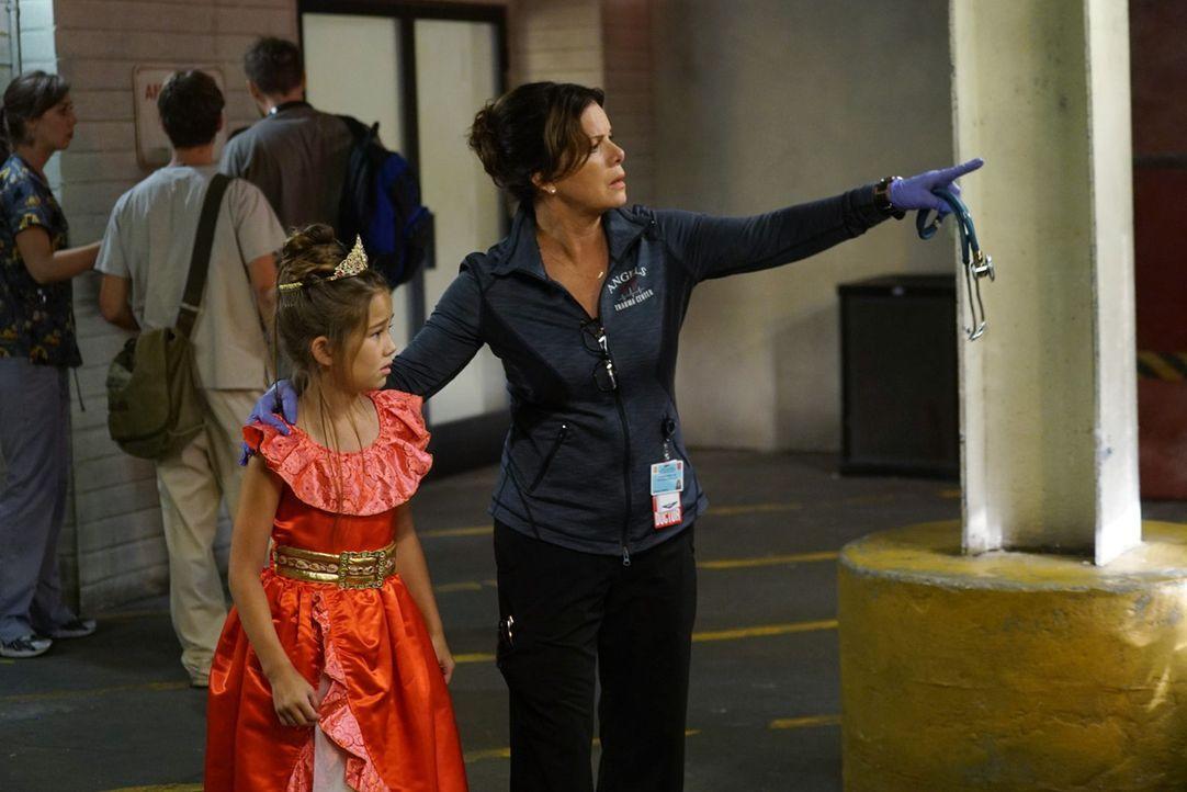 Ein kleines völlig verstörtes Mädchen bringt ihren Großvater zu Dr. Rorish (Marcia Gay Harden, r.) in die Notaufnahme. Zu spät? - Bildquelle: Monty Brinton 2015 ABC Studios