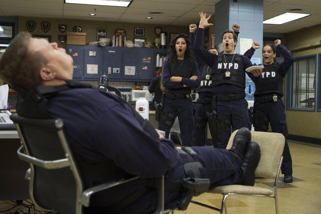 (v.l.n.r.) Scully (Joel McKinnon Miller); Rosa Diaz (Stephanie Beatriz); Jake Peralta (Andy Samberg); Amy Santiago (Melissa Fumero) - Bildquelle: John Fleenor 2014 UNIVERSAL TELEVISION LLC. All rights reserved / John Fleenor