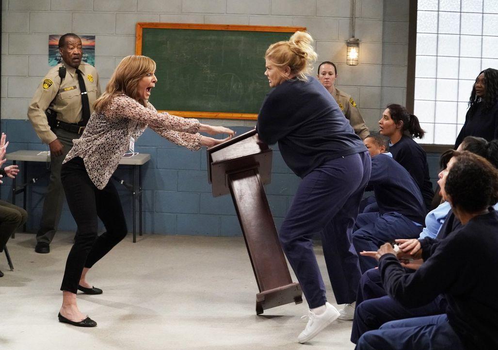 Warum attackiert die Insassin Tammy (Kristen Johnston, r.) Bonnie (Allison Janney, l.) wirklich? - Bildquelle: 2018 Warner Bros.