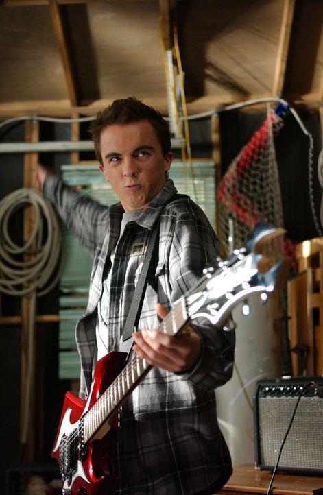 Malcolm (Frankie Muniz) will sich aufgrund einer Nominierung für einen Europa-Schüleraustausch revanchieren, indem er sich eine Gitarre kauft und de... - Bildquelle: TM &   2005 - 2006 Twentieth Century Fox Film Corporation and Regency Entertainment (USA), Inc.