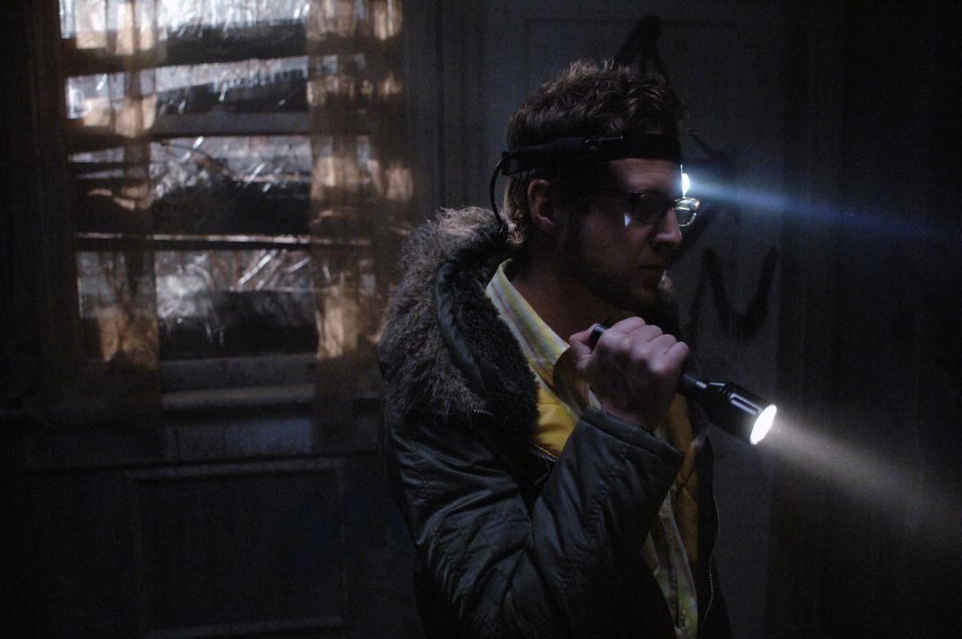 Ed (A.J. Buckley) und Harry haben eine gewalttätige Serie voller Gotteslästerung erfunden, die sie ins Haus Morton bringt, einem verlassenen Gelä... - Bildquelle: Warner Bros. Television