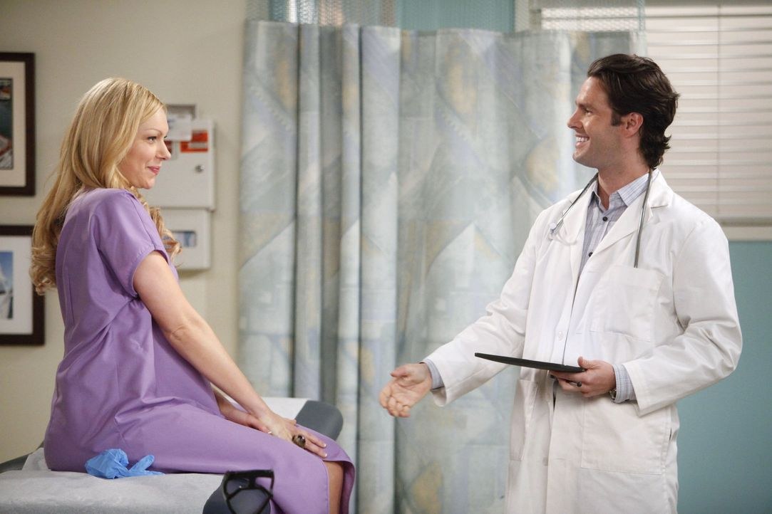 Chelsea (Laura Prepon, l.) wechselt ihren Gynäkologen und ist von Dr. Ben Thomas (Tom Parker, r.) sofort begeistert ... - Bildquelle: Warner Brothers