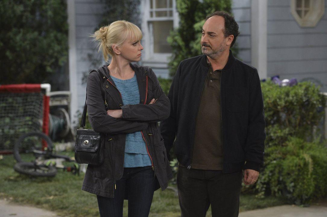 Endlich lernt Christy (Anna Faris, l.) ihren leiblichen Vater kennen: Die erste Annäherung an Alvin (Kevin Pollak, r.) verläuft etwas zaghaft, aber... - Bildquelle: Warner Brothers Entertainment Inc.