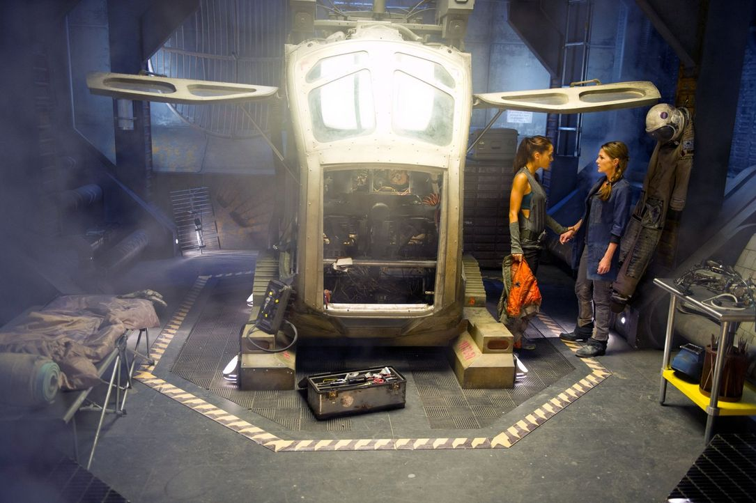 Wie weit wird Raven (Lindsey Morgan, l.) für Abigails (Paige Turco, r.) Geheimprojekt gehen? - Bildquelle: Warner Brothers