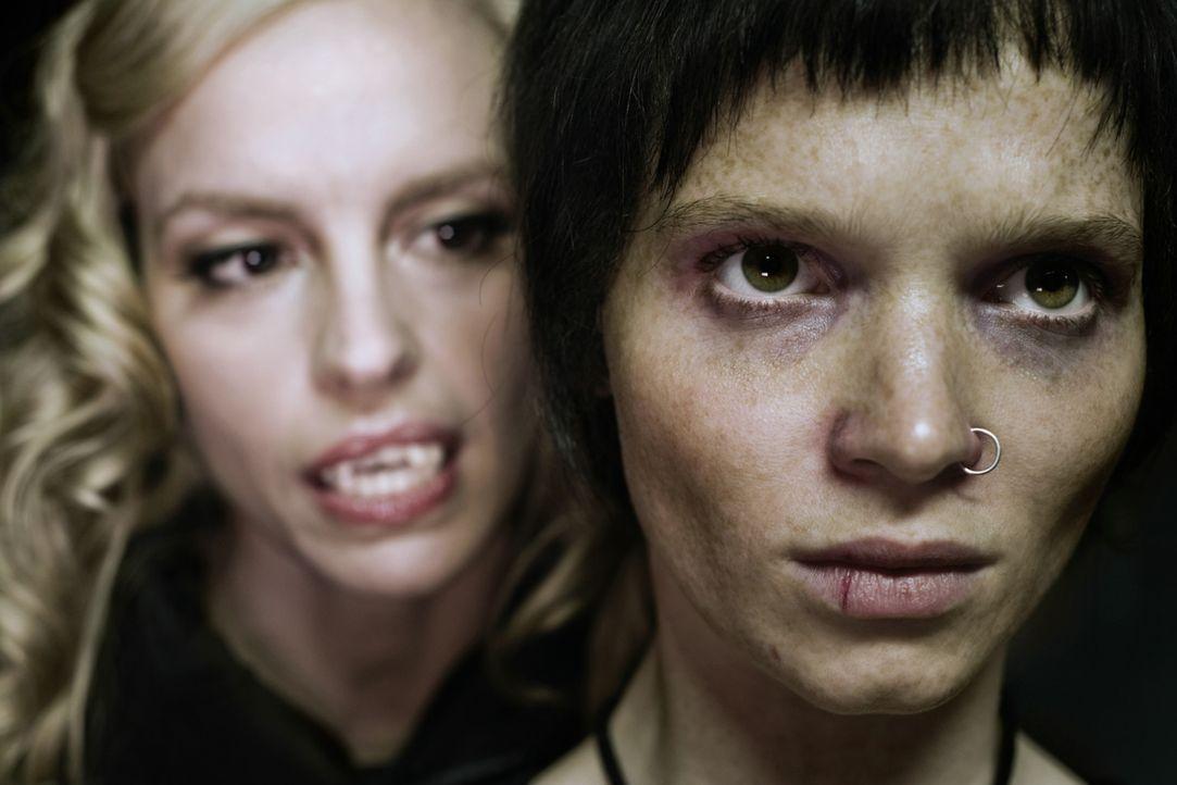 Noch ahnt Louise (Nina Hoss, l.) nicht, dass der Biss in ihr neues Opfer, Straßenkind Lena (Karoline Herfurth, r.), eine Reihe unvorhergesehener, f... - Bildquelle: 2010 Constantin Film Verleih GmbH.