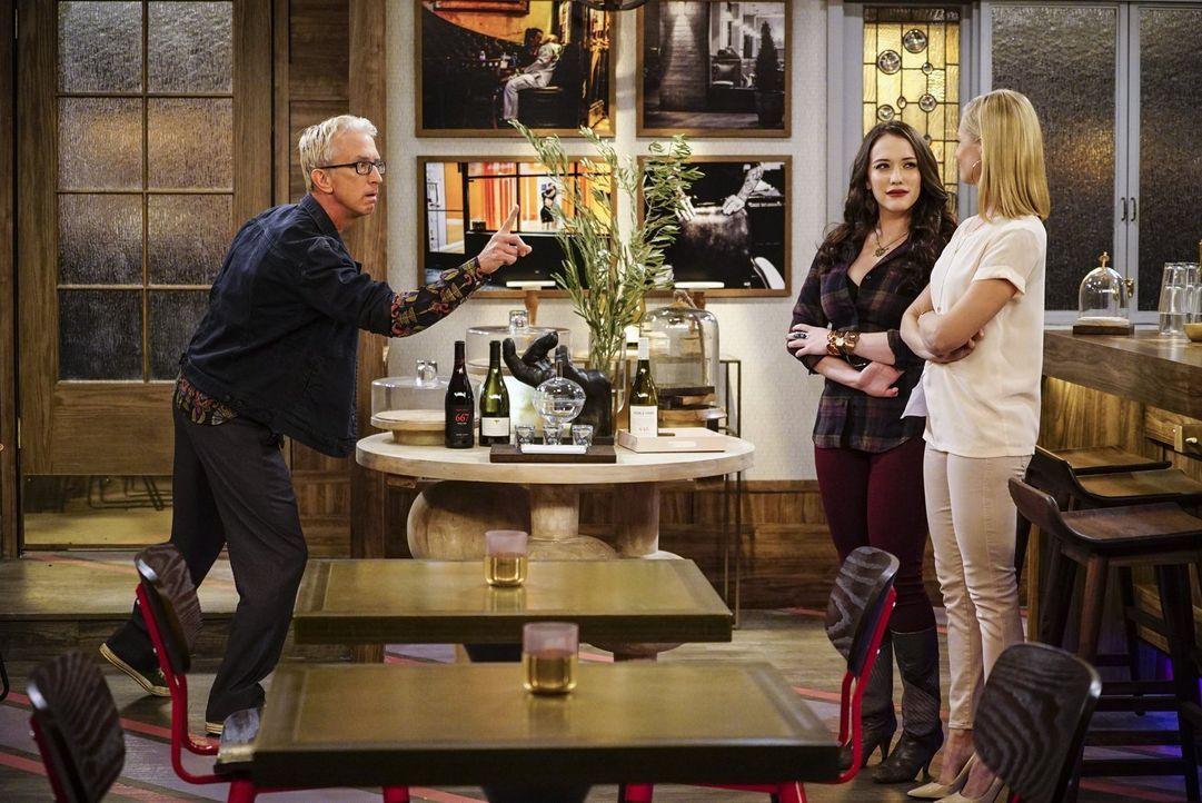 Eigentlich haben sich Max (Kat Dennings, l.) und Caroline (Beth Behrs, r.) auf die Eröffnung ihrer Dessert-Bar gefreut, doch plötzlich steht J. Pett... - Bildquelle: Warner Bros. Television